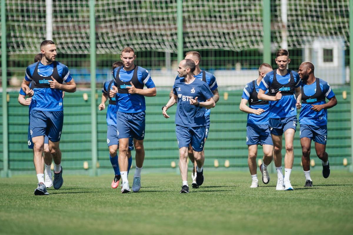 Футболисты «Динамо» провели первые тренировки на поле после отпуска